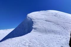 La cresta con numerosi terrazzi di neve