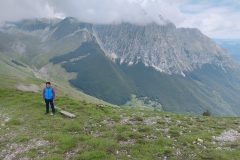 Alle spalle l'imponente parete nord del Bove