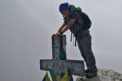Alessio in alto sulla croce della vetta Occidentale