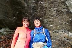 Donne sotto la cascata