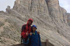 Alessio e Daniele al Rifugio Re Alberto con le Torri di Vajolet alle spalle
